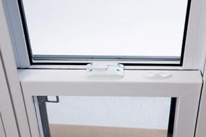 Système d'ancrage de fenêtre coulissante en PVC