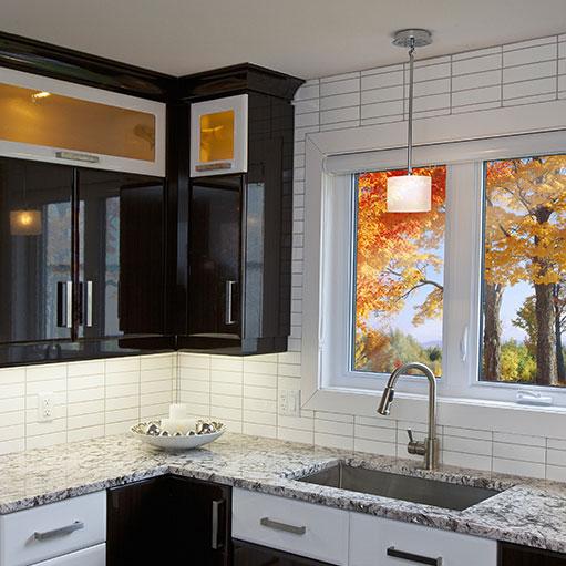 Fenêtre de cuisine installée avec vue sur boisée